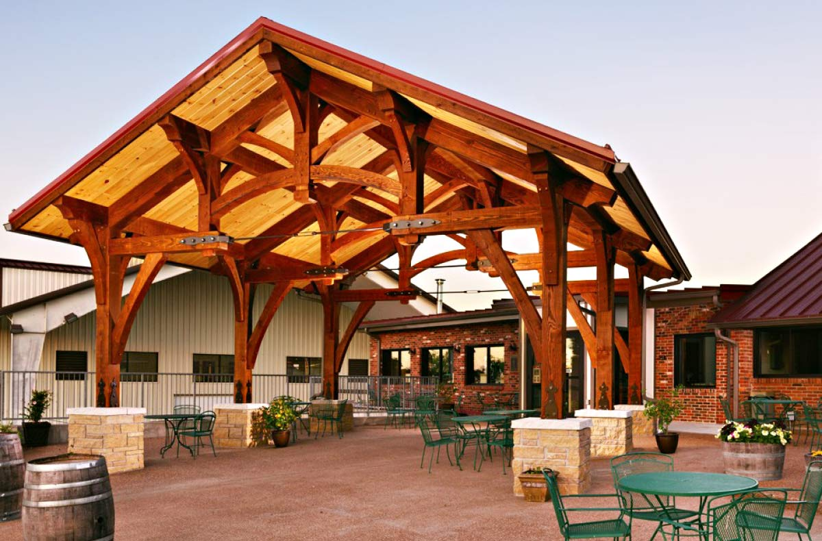 Les Bourgeois offers tours, wine tastings, spirits, beer, gifts, and seasonal live music.